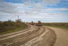 El gobierno, a través de la Dirección Provincial de Vialidad (DPV), lleva adelante un programa de repaso y conservación de caminos de usos productivos y sociales.
