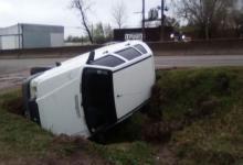 Un auto despistó y volcó en el acceso a Concepción del Uruguay
