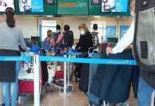 Más de 240 argentinos retornaron hoy al país procedente de Italia, en uno de los vuelos especiales de Aerolíneas Argentinas, en este caso el primero que opera desde el aeropuerto de Fiumicino desde que se declaró la pandemia de la Covid-19.