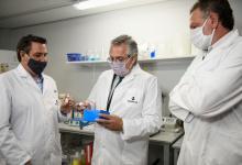 Fernández en el laboratorio que desarrolló suero anti Covid